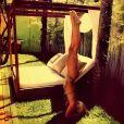 Cheia de equilíbrio, Giovanna Ewbank faz a posição de três apoios e fica de cabeça para baixo