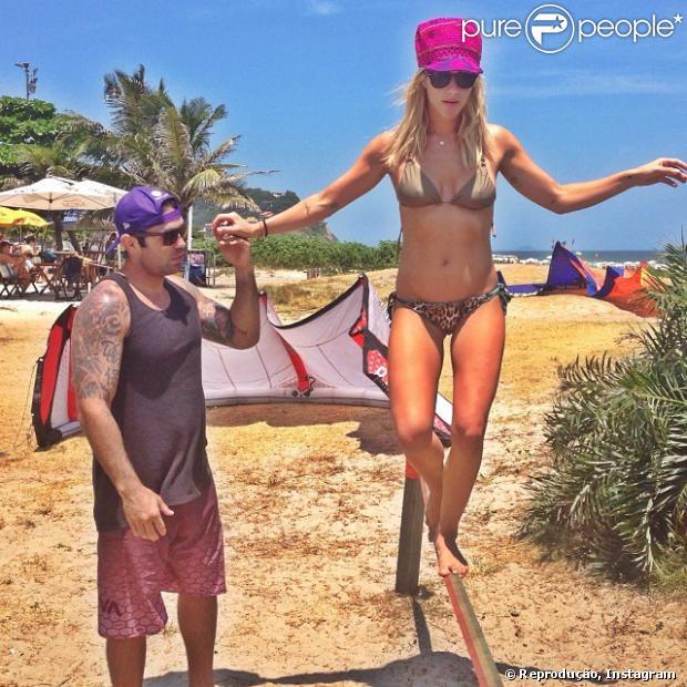 Giovanna Ewbank praticou slackline pela primeira vez nesta segunda-feira, 13 de janeiro de 2013, em uma praia da Zona Sul do Rio