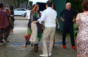 Maitê Proença vai com o namorado ao casamento do artista plástico Vik Muniz