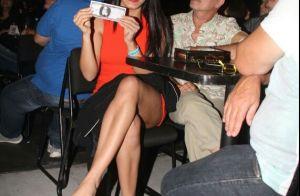 Letícia Lima deixa pernas à mostra em show de Ana Carolina no Rio. Fotos!