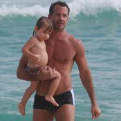Malvino Salvador e Kyra Gracie levam Ayra à praia e trocam beijos na areia