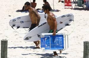 Caio Castro e Felipe Titto surfam juntos e são cercados por fãs em praia do Rio