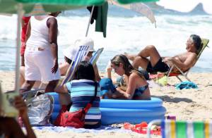 Luana Piovani brinca em piscina de plástico com o filho, Dom, em praia do Rio