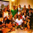 Caio Castro completa 25 anos nesta quarta-feira (22) e posa para foto com chapeuzinho na cabeça durante a festa surpresa que ganhou em sua casa
