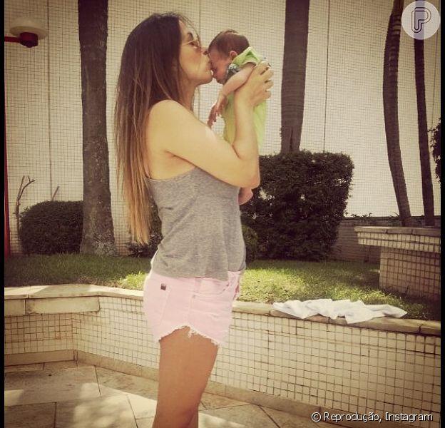Juliana Despirito publicou uma foto em sua conta no Instagram nesta quarta-feira, 22 de janeiro de 2014, beijando Maria Eduarda, sua filha com Henri Castelli