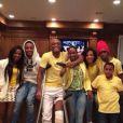 Na primeira foto postada após a lesão, Anderson aparece com a esposa e os cinco filhos