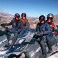 Marina e Klebber aparecem acompanhados pelo casal Fernanda Tavares e Murilo Rosa. Sentados em uma espécie de moto especial para andar na neve, os quatro se divertiram com emoção