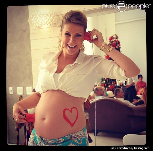 Ana Hickmann negociou as fotos de seu primeiro filho, Alexandre, para uma campanha publicitária no valor de R$ 1,5 milhão, como informou a coluna 'Radar on-line' da revista 'Veja'