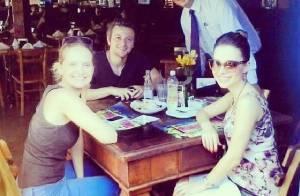 Sandy exibe barriguinha de grávida em almoço com o marido e Fernanda Rodrigues