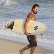 Paulinho Vilhena surfa no Rio de Janeiro em dia de estreia de 'A Teia'