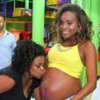 Roberta Rodrigues teve a barriga de grávida beijada por uma amiga durante o chá de bebê da primeira filha