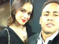 Bruna Marquezine, com batom vermelho e cheia de estilo, posa com Neymar. Foto!