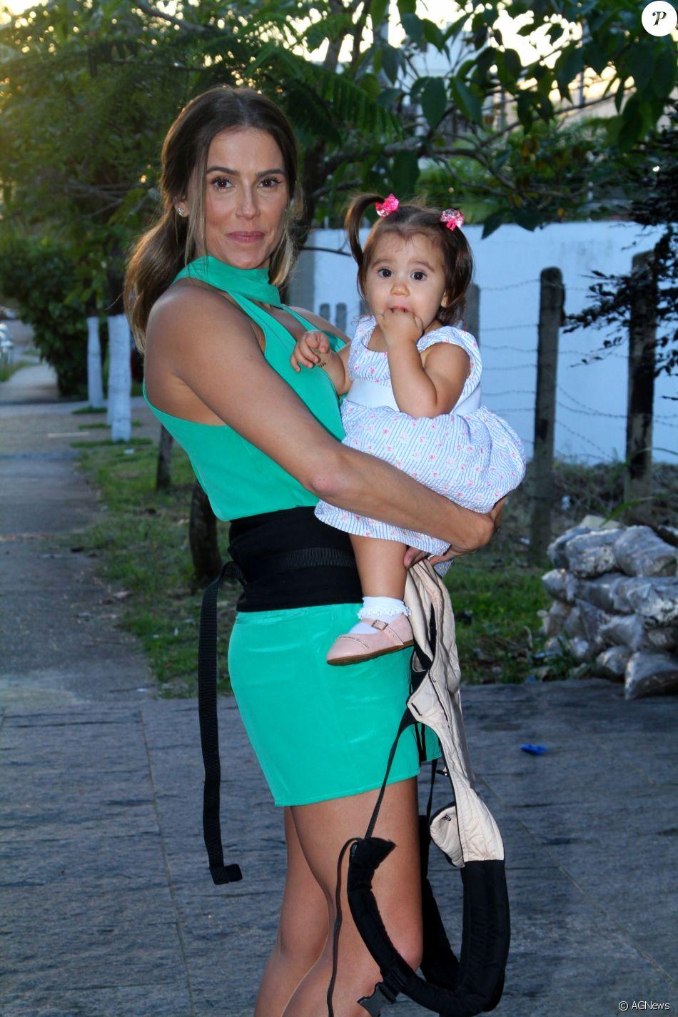 Deborah Secco dá atenção exclusiva à filha três dias na semana:'Em off para ela'