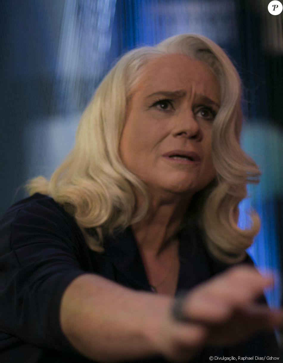 Mág (Vera Holtz) é escorraçada do velório de Fausto (Tarcísio Meira) e acusada de matar Beth (Regiane Alves), Carmem (Bianca Salgueiro) e Stela, a mãe de Pedro (Reynaldo Gianecchini), na novela 'A Lei do Amor', em 25 de janeiro de 2017