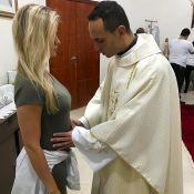 Bebê de Gusttavo Lima recebe bênção de padre na barriga da mãe, Andressa Suita