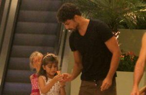 Cauã Reymond toma sorvete com a filha, Sofia, em passeio no shopping. Fotos!