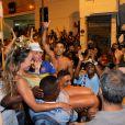 Sabrina Sato foi ovacionada pelo público que lotou as ruas de Vila Isabel, na Zona Norte do Rio