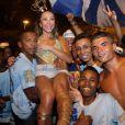 Rainha de bateria da Vila Isabel, Sabrina Sato foi carregada no colo por integrandes da escola de samba carioca durante o ensaio de rua realizado no domingo, 2 de fevereiro de 2014