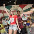 Bárbara Evans samba ao lado dos ritmistas da Grande Rio