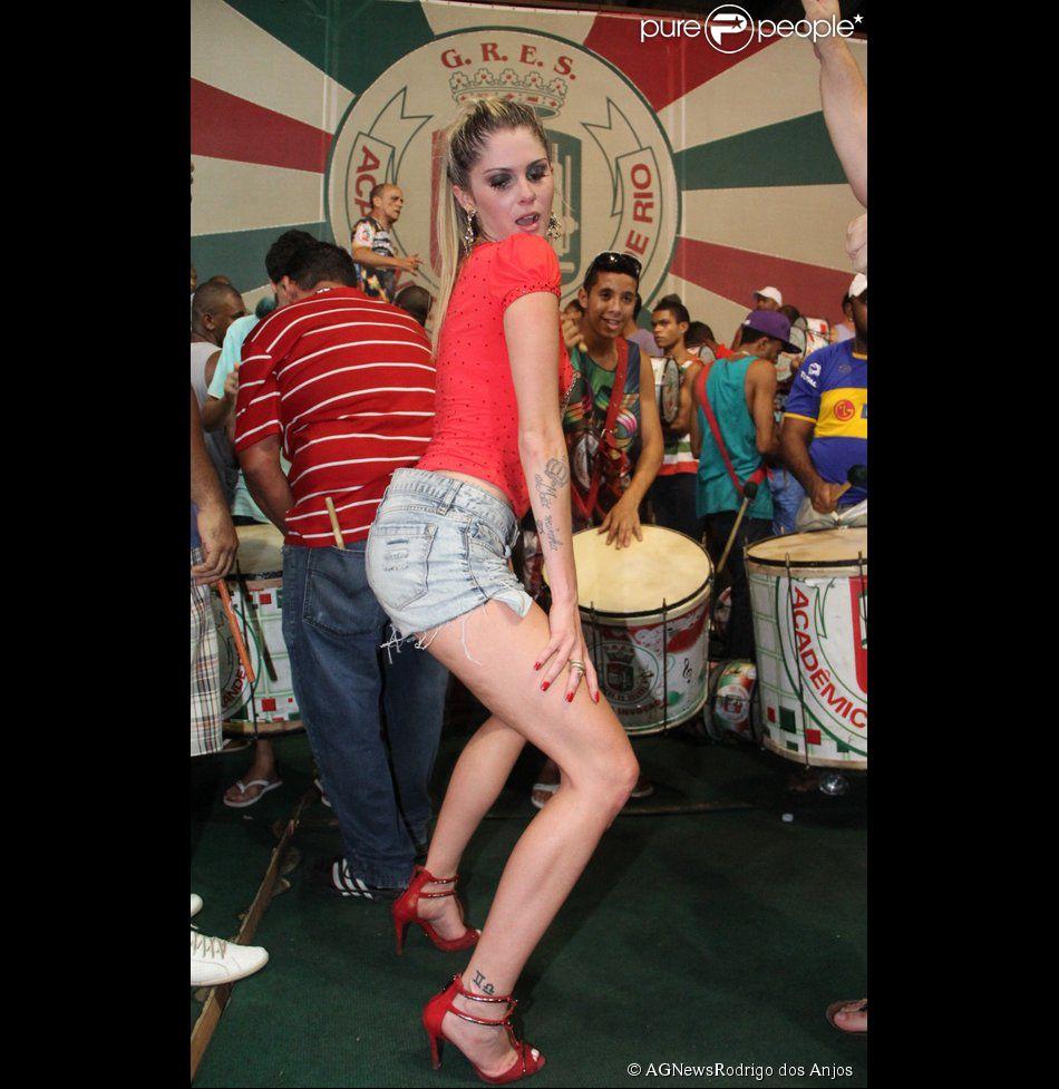 Bárbara Evans rebola muito no ensaio da Grande Rio, em 4 de fevereiro de 2014
