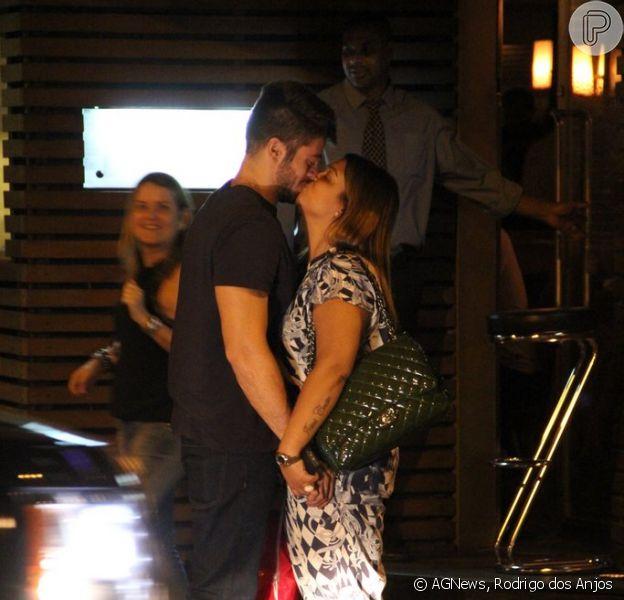 Preta Gil e o noivo, Rodrigo Godoy, jantam no restaurante Sushi Leblon, na Zona Sul do Rio de Janeiro, em 5 de fevereiro de 2014