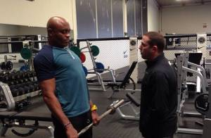 Anderson Silva aparece pela primeira vez treinando após sofrer lesão em luta