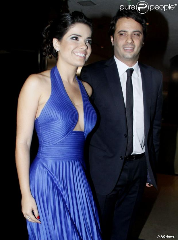 Vanessa Giácomo usa vestido decotado para o casamento de Tiago Leifert, em novembro de 2012. A atriz foi acompanhada do novo namorado, o empresário Giuseppe Dioguardi.