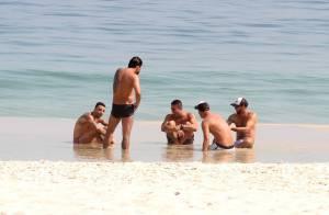 Felipe Titto exibe tatuagens e corpo sarado em dia de praia no Rio