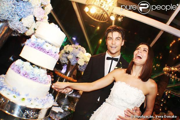 Carol Castro se casa com Raphael Sander em cerimônia íntima realizada na casa do casal em São Conrado, no Rio de Janeiro, em 14 de fevereiro de 2014