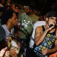 Caio Castro se diverte com amigo e canta com grupo de pagode no Bar da Bud, na Barra da Tijuca, na Zona Oeste do Rio de Janeiro, em 16 de fevereiro de 2014