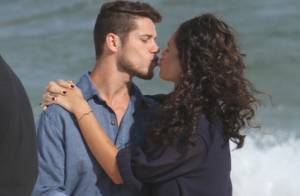 Débora Nascimento e José Loreto se beijam durante ensaio fotográfico na praia