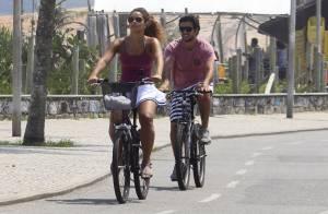 Juliana Alves exibe boa forma durante passeio de bicicleta com o namorado no Rio