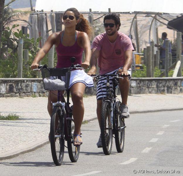 Juliana Alves passeia pela orla da praia do Recreio dos Bandeirantes com o namorado, Guilherme Duarte, nesta terça-feira, 25 de fevereiro de 2014