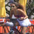 Juliana Alves exibe boa forma durante passeio de bicicleta no Rio de Janeiro
