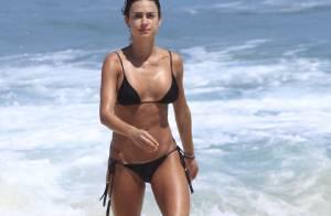 Thaila Ayala exibe boa forma em tarde na praia do Recreio, no Rio de Janeiro