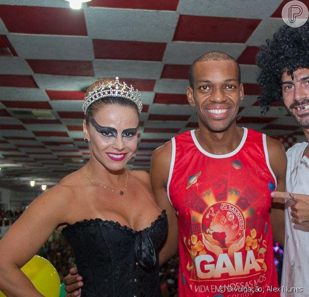 Vinícius Romão curte festa na quadra do Salgueiro ao lado de Viviane Araújo e de Radamés, em 27 de fevereiro de 2014