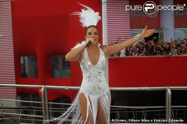 Com decote generoso, Ivete Sangalo abre primeiro dia de folia no circuito Barra/Ondina, no sábado, 1 de março de 2014, em Salvador, na Bahia