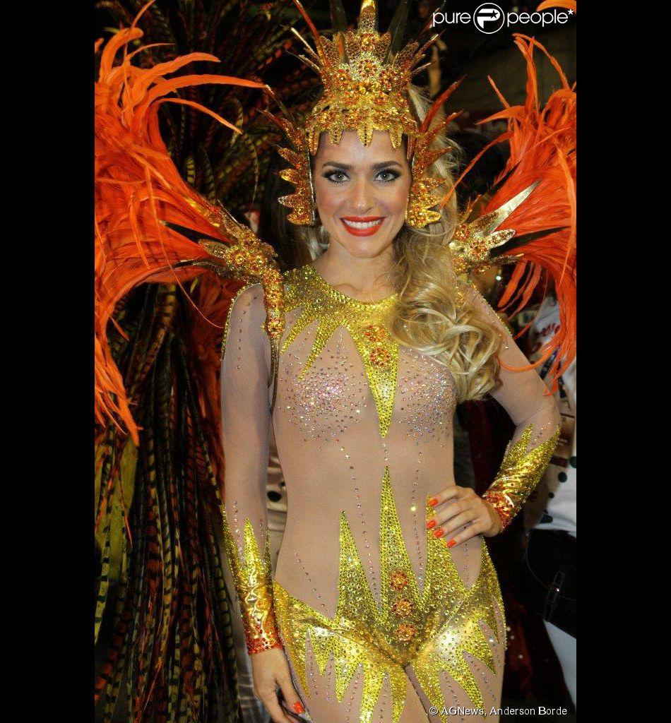 Monique Alfradique só poderá ir ao banheiro após o desfile da Grande Rio. A atriz revelou a aflição na concentração, neste domingo, 2 de março de 2014