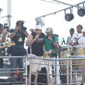 Tiago Abravanel, com pé imobilizado, canta com Bell Marques em trio na Bahia