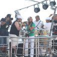 Tiago Abravanel, com o pé imobilizado, faz dueto com Bell Marques no penúltimo show do cantor com o Chiclete com Banana, em Salvador, em 03 de março de 2014