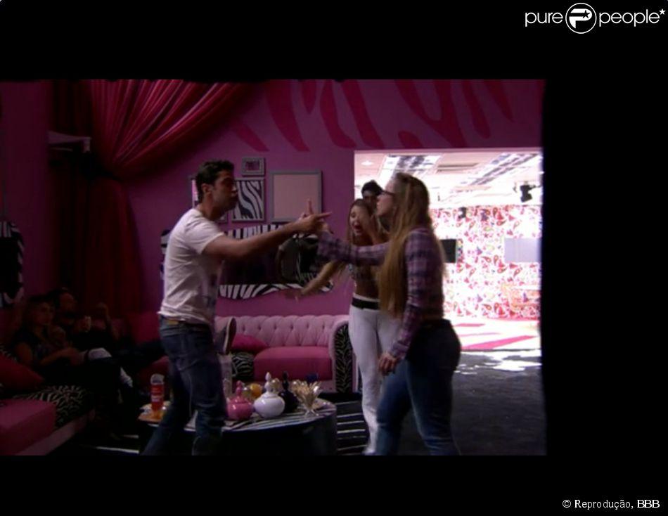 Aline e Marcelo discutem e sister joga copo de bebida no rosto do brother, em 8 de março de 2014