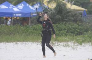 Cristiane Dias pratica kitesurfe mesmo com dia nublado no Rio e leva 'caixote'