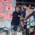 Julia Lemmertz conversa com o DJ na comemoração do seu aniversário, no Rio