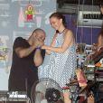 Julia Lemmertz ganha carinho do DJ na comemoração dos seus 51 anos em boate carioca