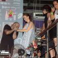 Julia Lemmertz se diverte na boate barzinho, na Lapa, no Rio de Janeiro, com alguns amigos