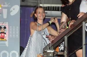 Julia Lemmertz se joga na pista de dança na comemoração do seu aniversário