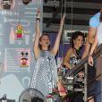 Julia Lemmertz dança diversas músicas na comemoração do seu aniversário, no Rio