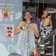 Julia Lemmertz se diverte e dança muito em boate sem o marido, Alexandre Borges