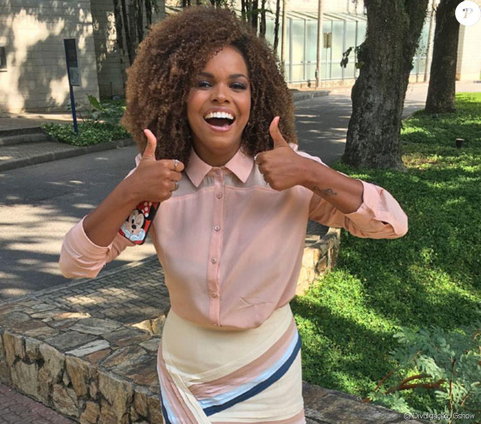 Jeniffer Nascimento ensina hidratação poderosa para ter cachos poderosos: ' Para manter meus cachos bonitos, eu faço finalização com o chamado COG (creme + óleo + gelatina). O creme e o óleo hidratam e a gelatina define 'Secar o cabelo com secador filtrando o ar com uma peneira'