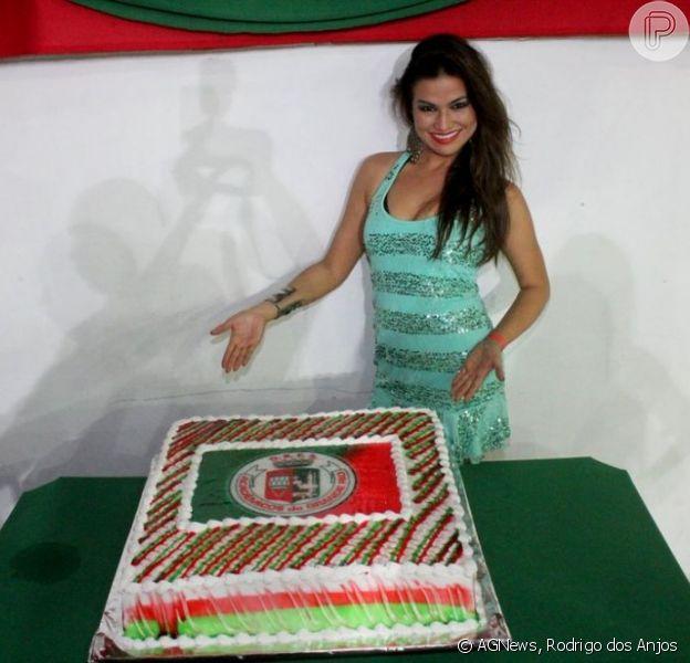 """Laryssa Dias, a Waleska de """"Salve Jorge"""", comemora 30 anos na Grande Rio, em Caxias, na baixada do Rio de Janeiro e ganha bolo de aniversário da escola, em 20 de janeiro de 2013"""